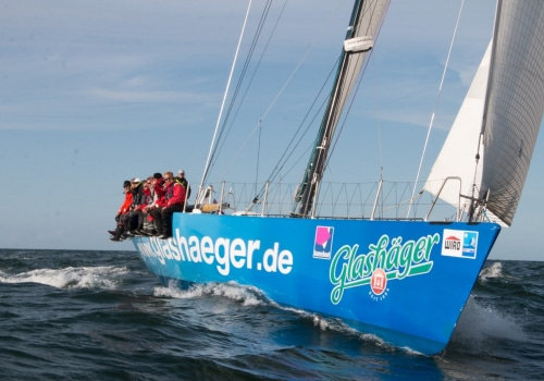 """Als zweites Schiff lief die """"Glashäger"""" nur wenige Minuten nach der """"Ospa"""" durch das Ziel an der Mole von Warnemünde"""