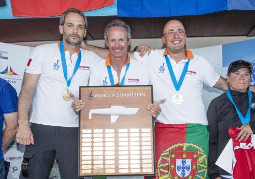 Weltmeister bei den J22 wurden Jean-Michel LAUTIER, Denis NEVES und Giuseppe D'AQUINO aus den Niederlanden. Foto Pepe Hartmann