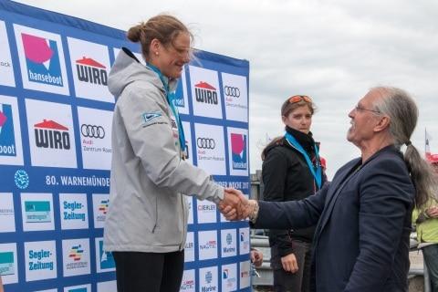 Der Präsident der Rostocker Bürgerschaft Dr. Wolfgang Nitzsche gratuliert Hannah Anderssohn zu ihrem Sieg bei den Laser Radial U 19