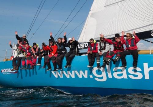 """Die Crew der """"Glashäger"""" freut sich beim Zieleinlauf der Regatta hanseboot Rund Bornholm über ihre herausragende Leistung"""
