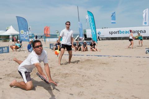 Beim Beach-Tennis in der Sport und Beacharena wird um jeden Ball gekämpft