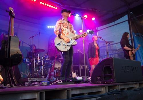 """Die Band """"Bad Penny"""" bei ihrem Konzert auf der Bühne am Leutturm"""
