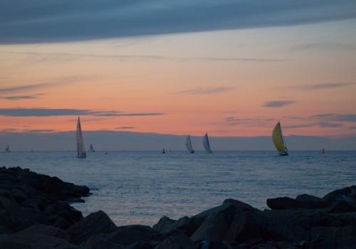 Abendstimmung mit heimkehrenden Yachten der Langstreckenregatta der IDM Seesegeln