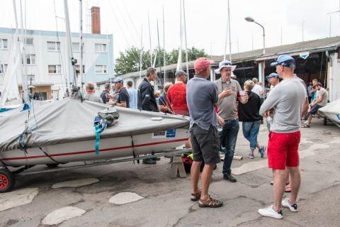 Die 505er Segler nutzen die segelfreie Zeit zum Fachsimpeln und um an ihren Booten zu basteln