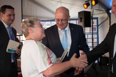 Inge Regenthal vom Warnemünde Verein bekam durch Bürgermeister Roland Methling die Ehrenamts-Card überreicht
