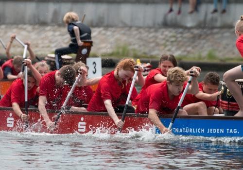 Jugendliche beim 9. Landesschülerfinale im Drachenboot