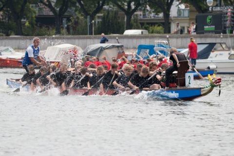 Ein Drachenboot mit Jugendlichen in voller Fahrt beim 9. Schülerlandesfinale