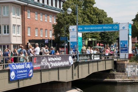 Vieel Besucher strömten während der WARNEMÜNDER WOCHE über die historische Drehbrücke.
