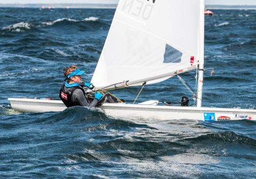 Der Däne Christian Spodsberg führt nach seinen heutigen Tagessiegen im Laser 4.7