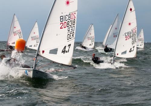 Die Laser 4.7 surfen vor dem Wind