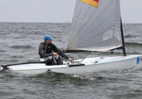 Sieger Jan Kurfeld aus Wismar in seinem Finn-Dinghy