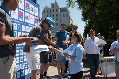 Wettfahrtleiterin Svenja Ehrmann gratuliert den dänischen Europameistern im 505er Jorgen und Jacob Bojsen-Møller