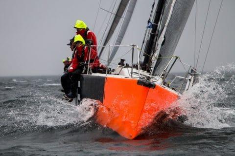 """Die """"T-Time"""" mit Björn Demmin am Steuer pflügt beim Warnemünde Cup durch die Wellen"""