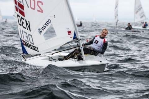 Anne-Marie Rindom DK, Brozemedalliengewinnerin bei den Olympischen Spielen in Rio, führt mit zwei ersten Plätzen bei den Laser Radial der Frauen