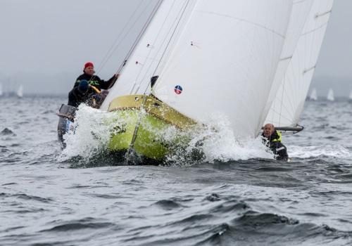 Zwei Kutter ZK 10 kämpfen sich durch die Wellen vor Warnemünde