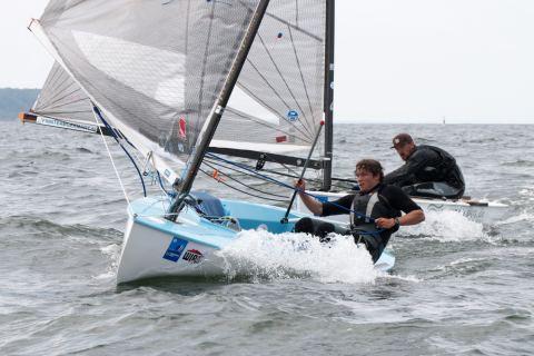 Zwei Finn-Dinghies im harten Positionskampf vor dem Wind
