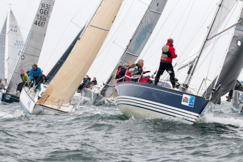 Es wird eng an der Luvtonne für die Teilnehmer der IDM Seesegeln