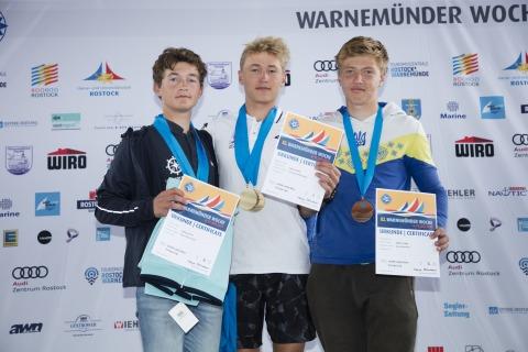 Die Medallienplätze bei den Laser Radial Men belegten: 1. Przemyslaw MACHOWSKI/POL 2. Anton Nikolai LOECK/GER 3. Oskar MADONICH/UKR Foto Pepe Hartmann