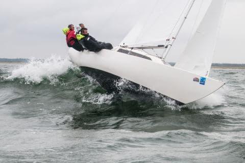 Die Wellen und der Wind fordern alles von den H-Boot - Seglern Björn Wendel, Kai Spranger und Herges Henning