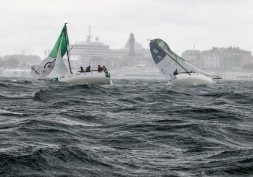 Eine Gewitterböe fegt über das Regattagebiet der 2. Deutschen Segel-Bundesliga und zwingt die Teilnehmer zu extremen Manövern