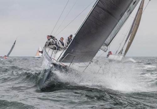 """Die """"Ember Sea"""" pflügt bei der Up & Down Regatta durch die Wellen"""