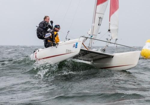Andreas Kreuzer und Mia Nowag runden mit ihrem TopKat K 2 die Luvtonne