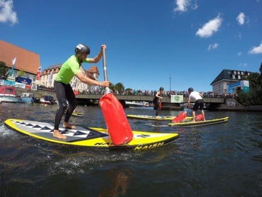 Paddeln auf dem Surfbrett: SUP = Stand Up Paddling